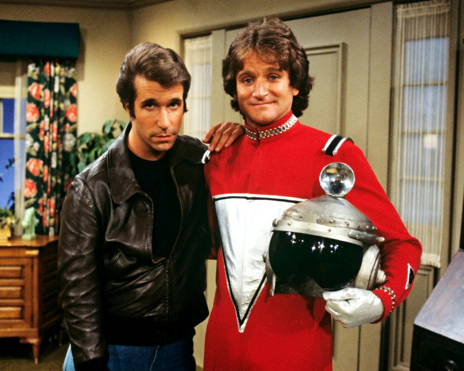 HENRY WINKLER w/ GUEST ROBIN WILLIAMS 'HAPPY DAYS' 8X10 PUBLICITY PHOTO (BB-931)