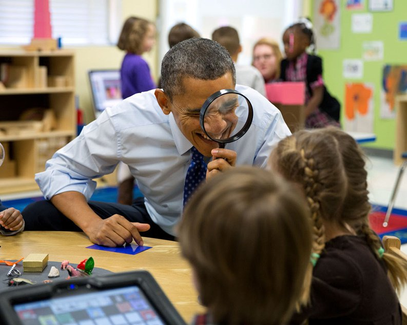 BARACK OBAMA WITH PRE-KINDERGARTEN STUDENTS IN 2013 - 8X10 PHOTO (CC-089)