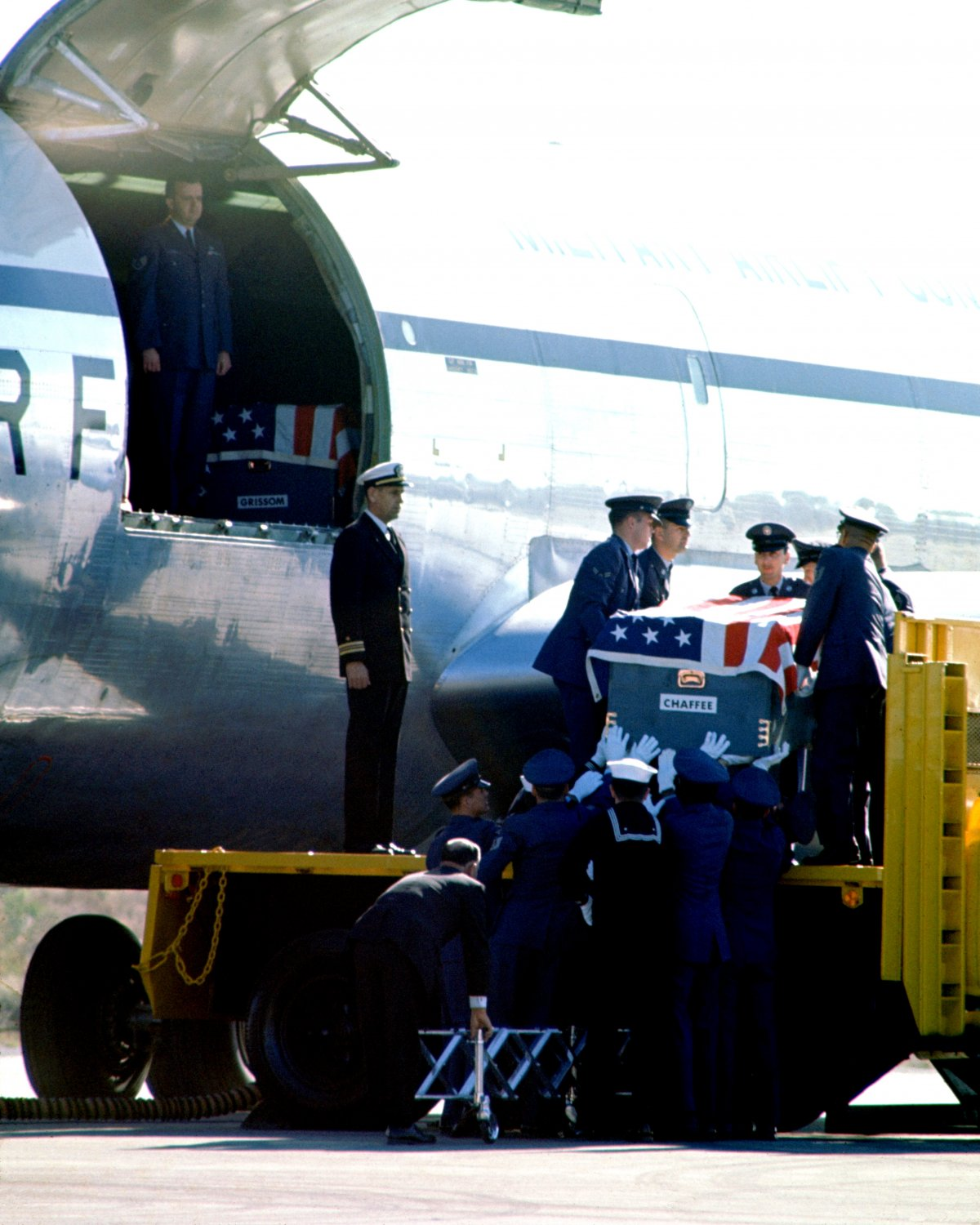 GUS GRISSOM ROGER CHAFFEE CASKETS ON KC-135 FOR TRANSPORT TO ARLINGTON - 8X10 NASA PHOTO (BB-961)