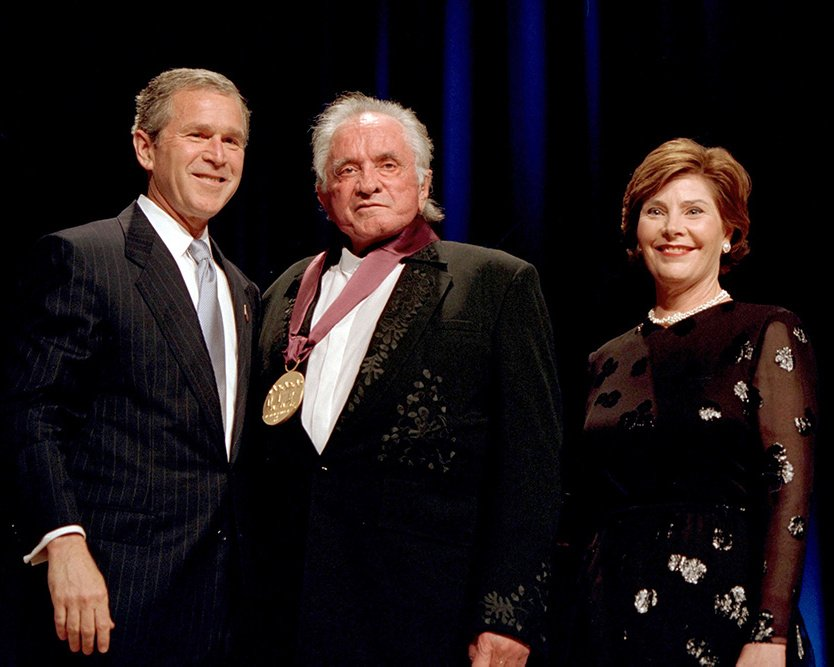 PRESIDENT GEORGE W. BUSH AND LAURA WITH LEGEND JOHNNY CASH - 8X10 PHOTO (BB-965)