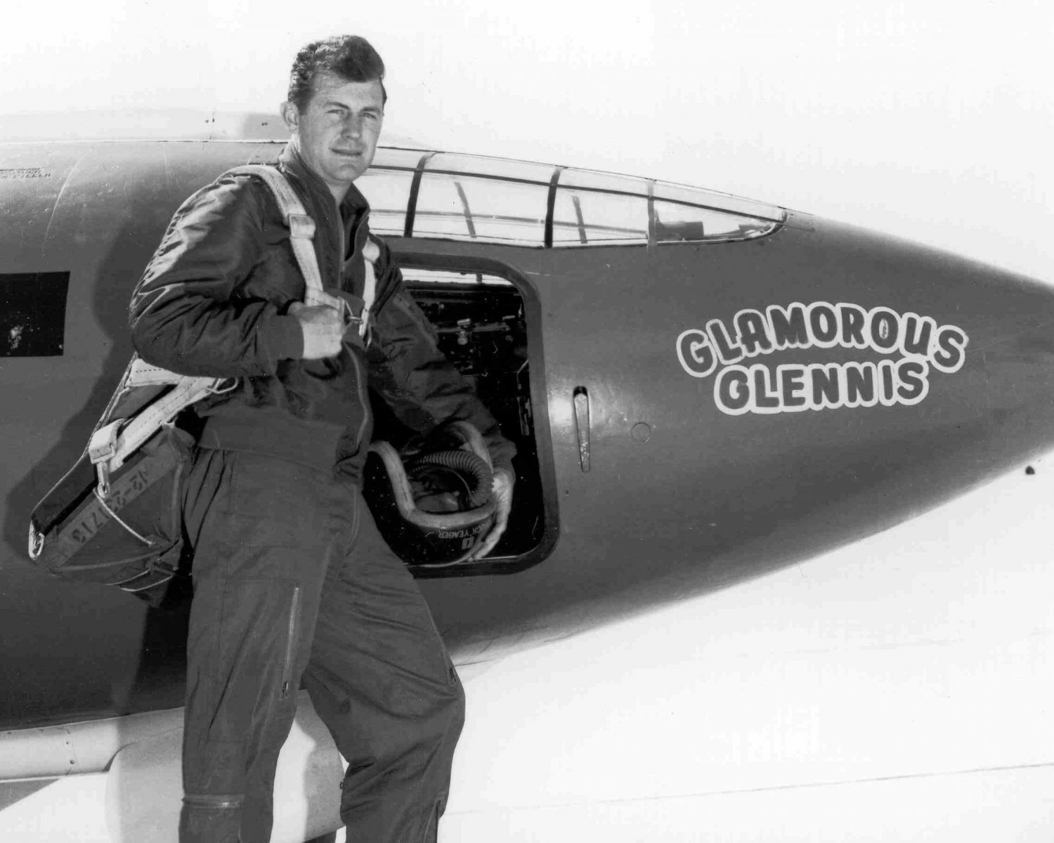 CHUCK YEAGER IN FRONT OF THE BELL X-1 'GLAMOROUS GLENNIS' - 8X10 PHOTO (EP-661)