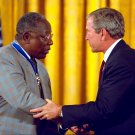 GEORGE W. BUSH PRESENTS PRESIDENTIAL MEDAL TO HANK AARON - 8X10 PHOTO (BB-978)