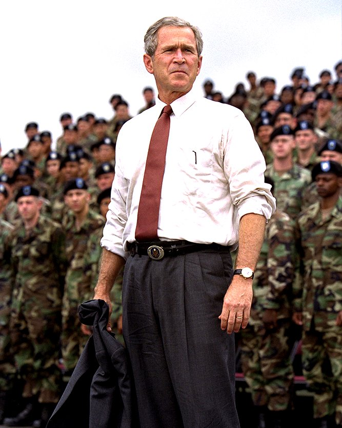 PRESIDENT GEORGE W. BUSH WITH SOLDIERS AT FORT DRUM - 8X10 PHOTO (BB-990)