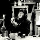BELA LUGOSI IN THE FILM 'THE APE MAN' - 8X10 PUBLICITY PHOTO (DD-047)