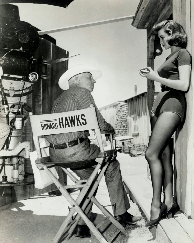 ANGIE DICKINSON & HOWARD HAWKS ON 'RIO BRAVO' SET 8X10 PUBLICITY PHOTO (DD-052)