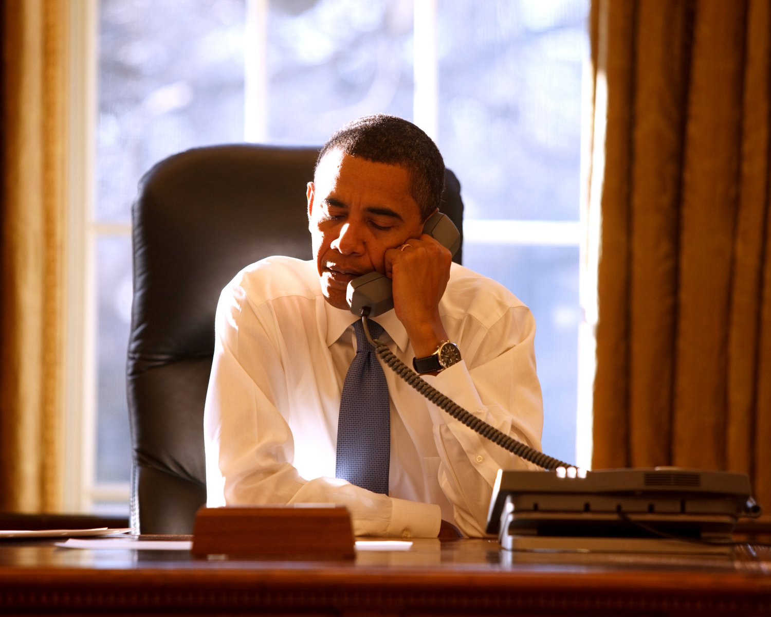 PRESIDENT BARACK OBAMA AT HIS DESK IN THE OVAL OFFICE - 8X10 PHOTO (ZY-173)