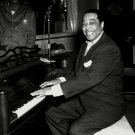 DUKE ELLINGTON SITS AT PIANO IN KFG RADIO STUDIO - 8X10 PUBLICITY PHOTO (BB-538)