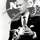 APOLLO 11 ASTRONAUT BUZZ ALDRIN w/MODEL OF LUNAR MODULE 8X10 NASA PHOTO (DD-087)