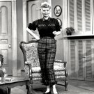 LUCILLE BALL ON THE SET OF 'I LOVE LUCY' - 8X10 PUBLICITY PHOTO (DD-092)