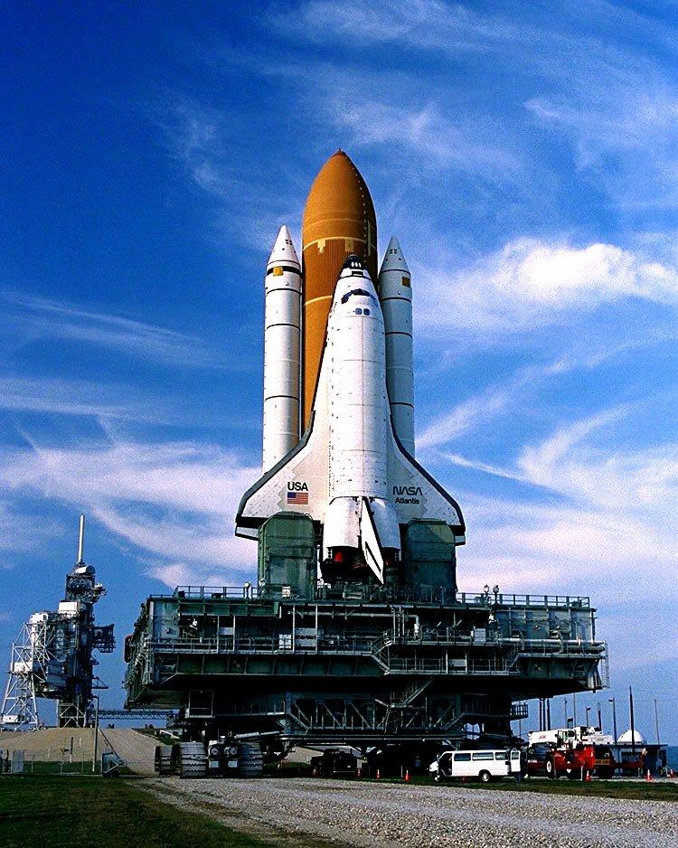 SPACE SHUTTLE ATLANTIS TRAVELS TO LAUNCH COMPLEX 39 - 8X10 NASA PHOTO (DD-096)