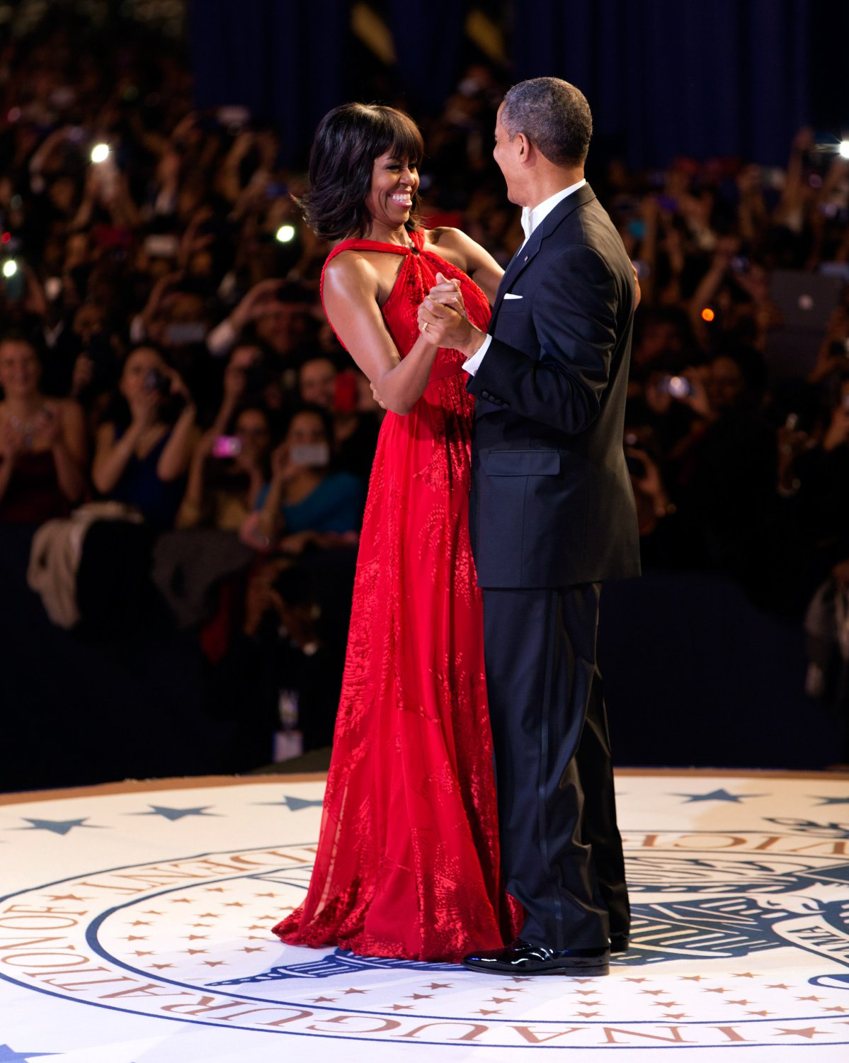 PRESIDENT BARACK OBAMA DANCES WITH FIRST LADY MICHELLE OBAMA 8X10 PHOTO (ZY-208)