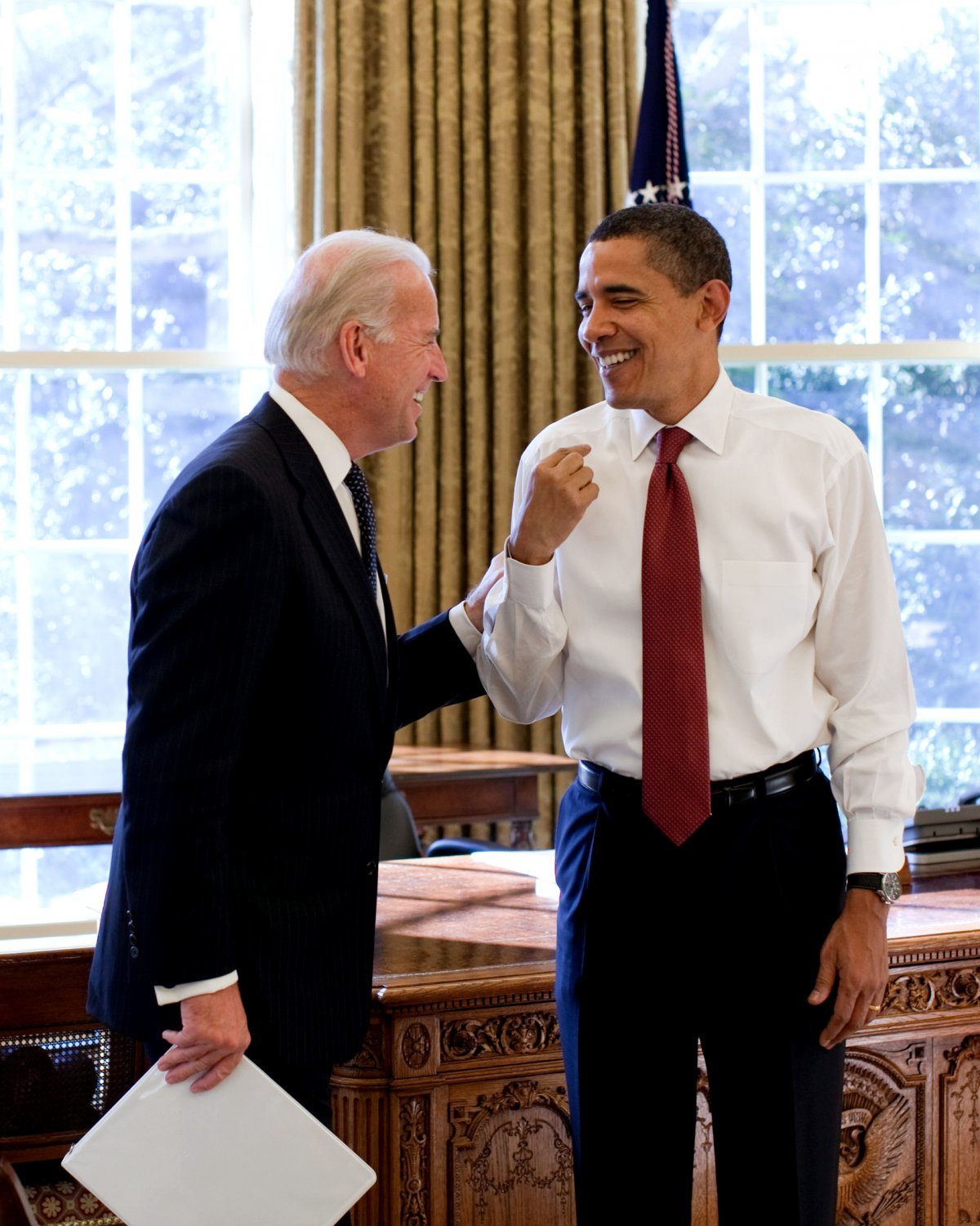 BARACK OBAMA & JOE BIDEN SHARE A LAUGH IN THE OVAL OFFICE - 8X10 PHOTO (CC-111)