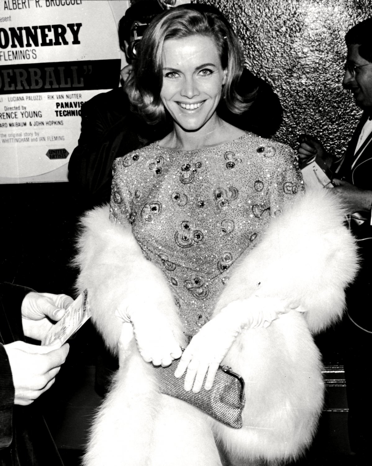 HONOR BLACKMAN @ LONDON PREMIERE OF 'THUNDEBALL' - 8X10 PUBLICITY PHOTO (EE-020)