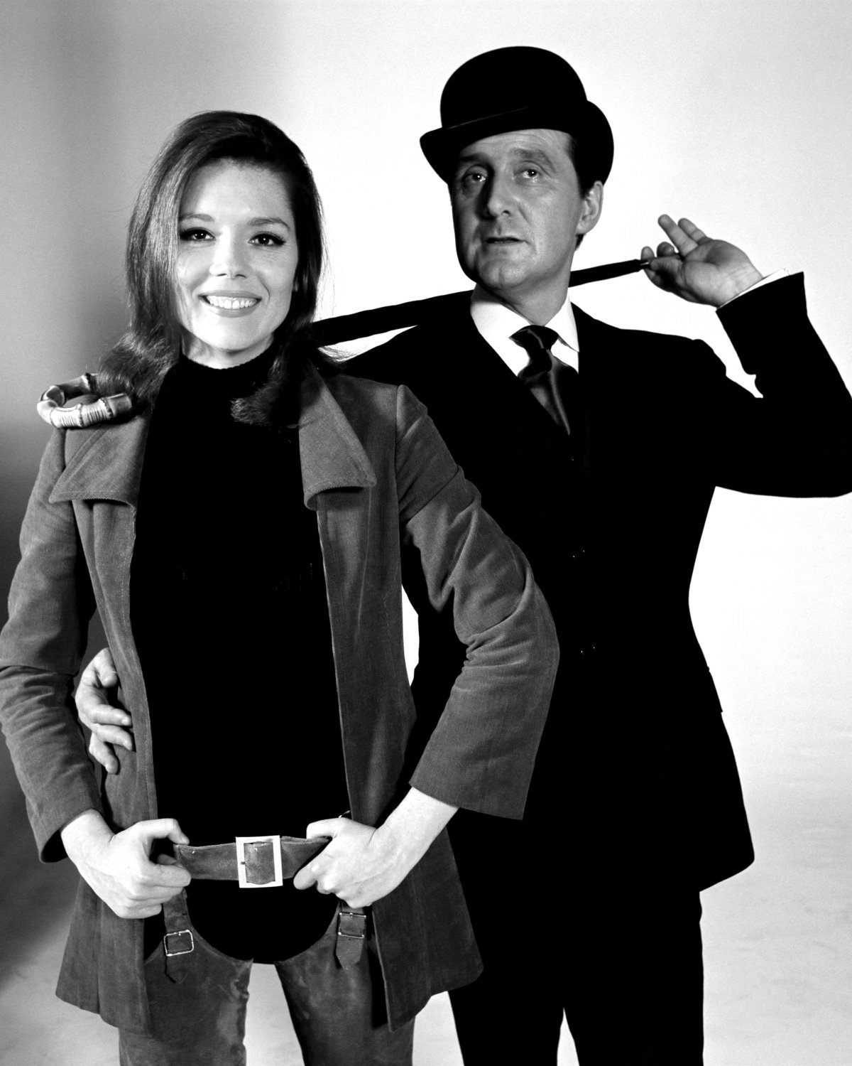 DIANA RIGG AND PATRICK MACNEE IN 'THE AVENGERS' - 8X10 PUBLICITY PHOTO (EE-025)