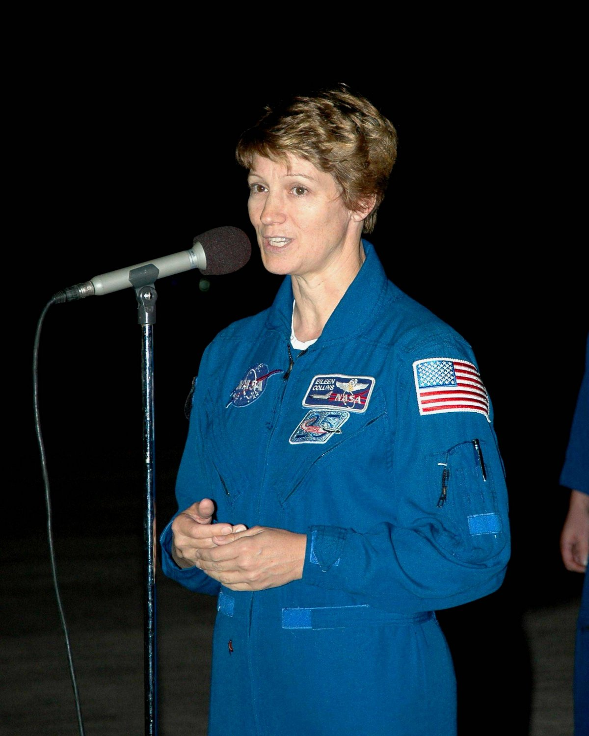 ASTRONAUT EILEEN COLLINS ADDRESSES MEDIA AFTER STS-114 8X10 NASA PHOTO (NN-135)
