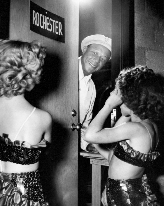EDDIE ANDERSON AS 'ROCHESTER' GREETS GIRLS AT DRESSING ROOM 8X10 PHOTO (BB-427)