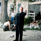ALFRED HITCHCOCK ON THE SET OF 'THE BIRDS' - 8X10 PUBLICITY PHOTO (EE-044)