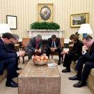 BARACK OBAMA PRAYS w/ CO-CHAIRS OF NATIONAL PRAYER BREAKFAST 8X10 PHOTO (EE-049)