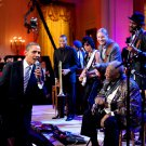 "BARACK OBAMA SINGS ""SWEET HOME CHICAGO"" WITH B.B. KING - 8X10 PHOTO (DA-515)"