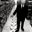 ALFRED HITCHCOCK DIRECTS LAST FILM 'FAMILY PLOT' - 8X10 PUBLICITY PHOTO (ZY-212)