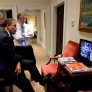 BARACK OBAMA VIEWS TELEVISED SPEECH BY EGYPT'S HOSNI MUBARAK 8X10 PHOTO (ZY-218)