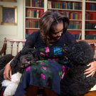 "FIRST LADY MICHELLE OBAMA WITH FAMILY DOGS ""BO"" AND ""SUNNY"" 8X10 PHOTO (EE-065)"