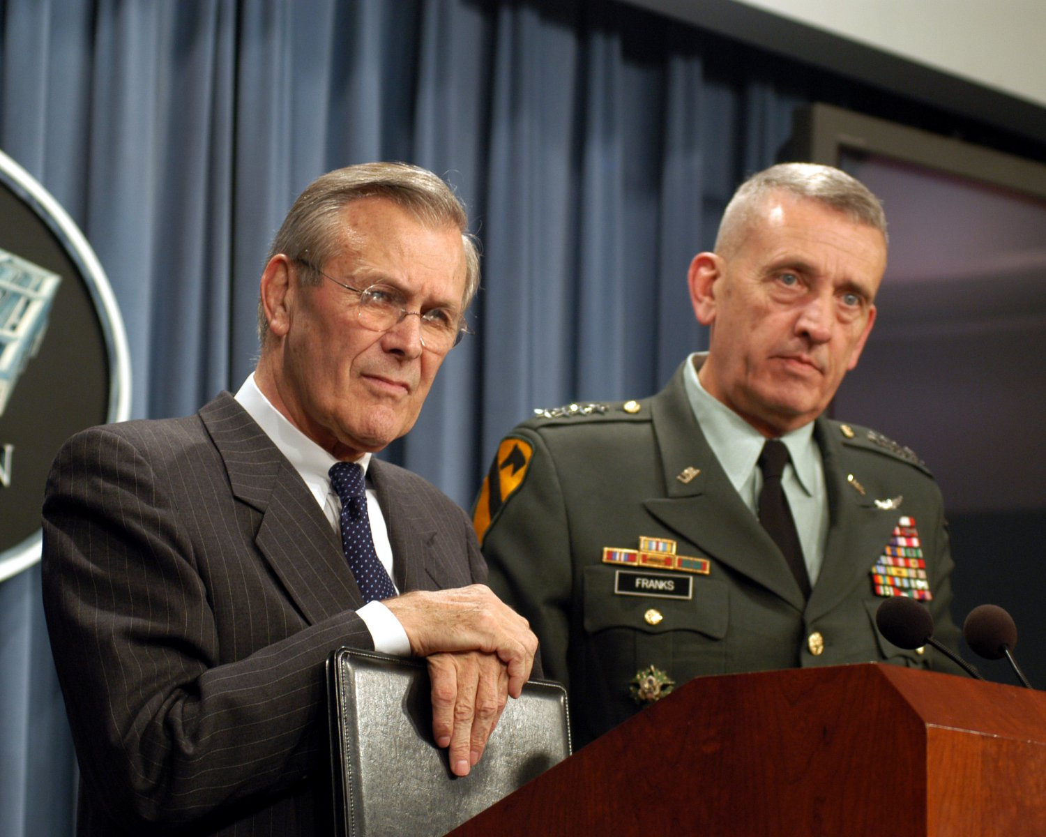 SECRETARY OF DEFENSE DONALD RUMSFELD w/ GEN TOMMY FRANKS - 8X10 PHOTO (EP-590)