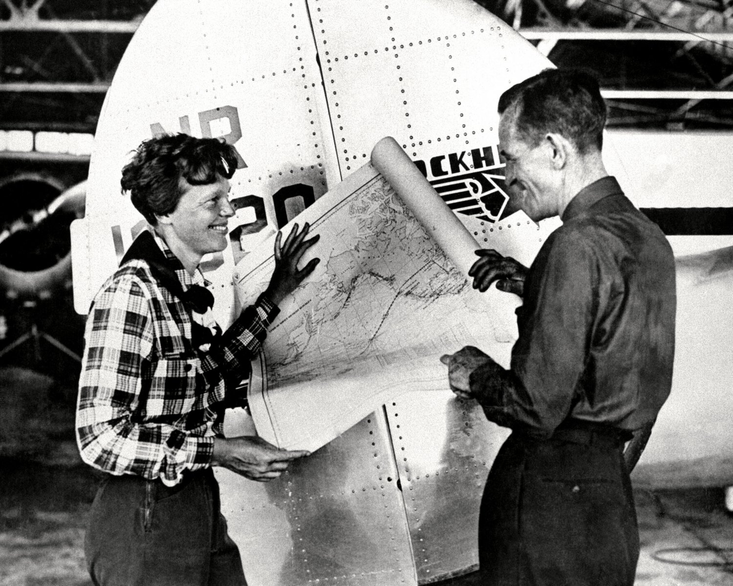 PILOT AMELIA EARHART WITH FRED NOONAN WITH MAP OF PACIFIC - 8X10 PHOTO (BB-186)