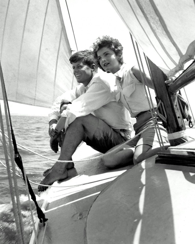 JOHN F. KENNEDY & FIANC� JACQUELINE BOUVIER SAILING IN 1953 8X10 PHOTO (CC-127)