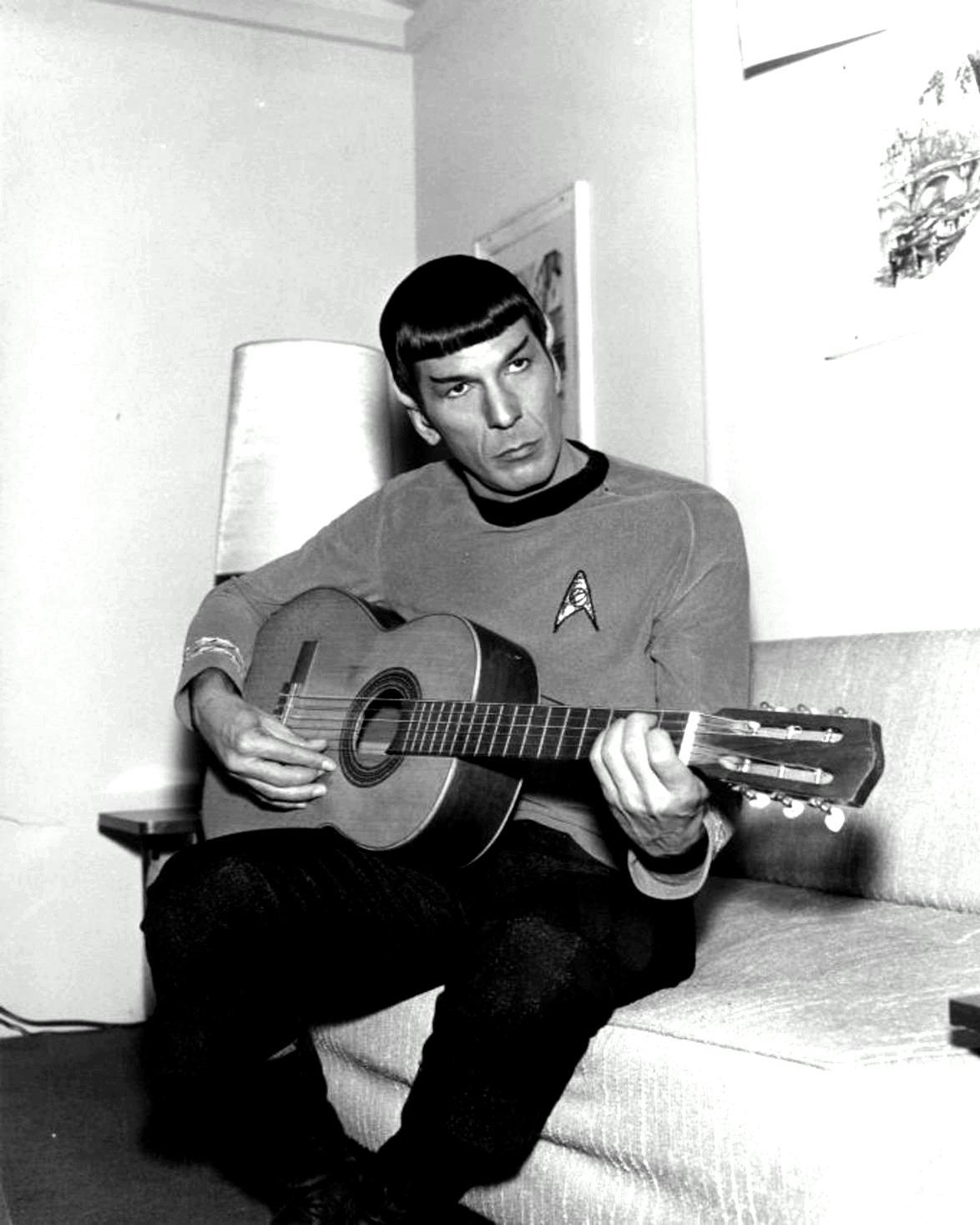 "LEONARD NIMOY AS ""MR. SPOCK"" PLAYING A GUITAR - 8X10 PUBLICITY PHOTO (ZZ-578)"