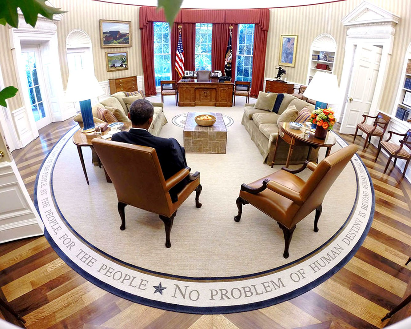 BARACK OBAMA READS BRIEFING MATERIAL IN THE OVAL OFFICE - 8X10 PHOTO (ZZ-594)