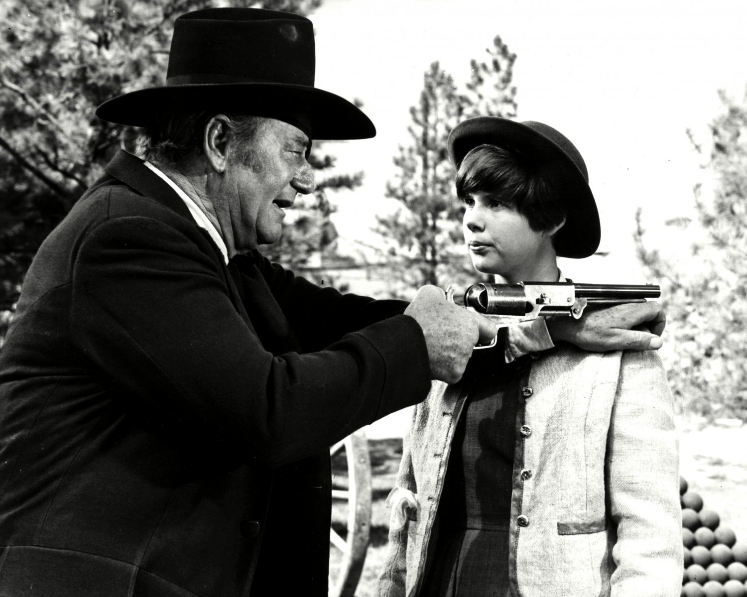"JOHN WAYNE AND KIM DARBY IN THE FILM ""TRUE GRIT"" - 8X10 PUBLICITY PHOTO (DD-143)"