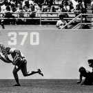 CUBS OUTFIELDER RICK MONDAY SAVES THE FLAG AT DODGER STADIUM 8X10 PHOTO (EP-900)