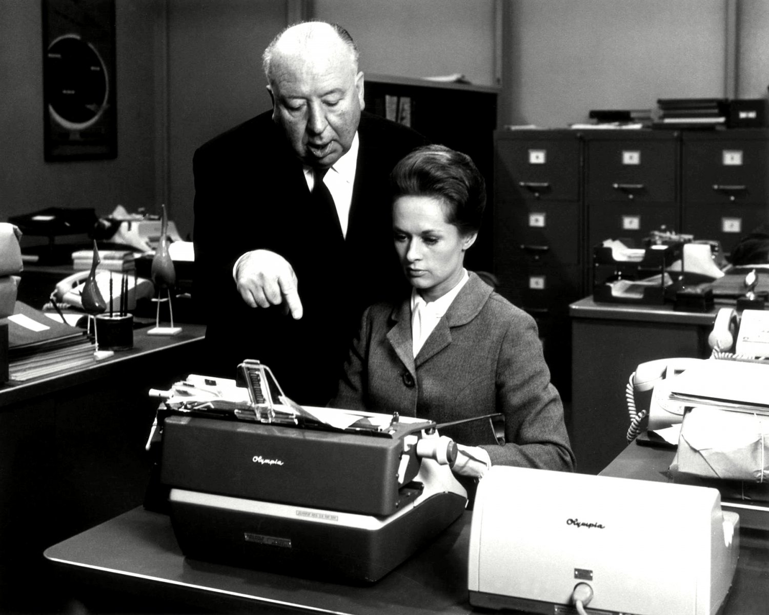 """TIPPI HEDREN & ALFRED HITCHCOCK ON THE SET OF """"MARNIE"""" - 8X10 PHOTO (NN-149)"""