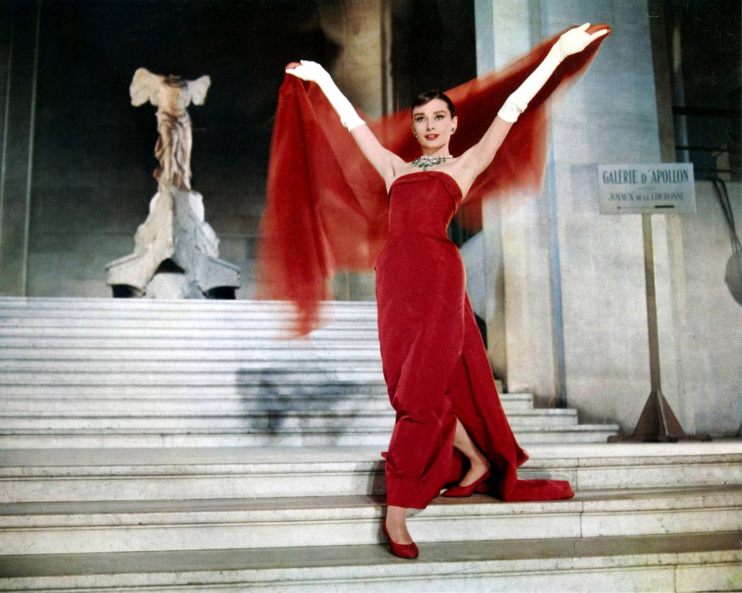"AUDREY HEPBURN IN THE 1957 FILM ""FUNNY FACE"" - 8X10 PUBLICITY PHOTO (OP-045)"