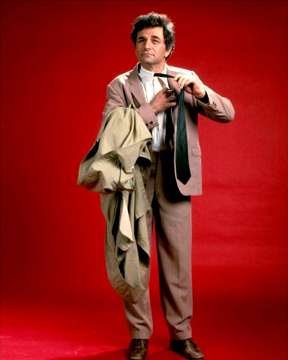 PETER FALK AS ICONIC HOMICIDE DETECTIVE LIEUTENANT COLUMBO - 8X10 PHOTO (CC-136)