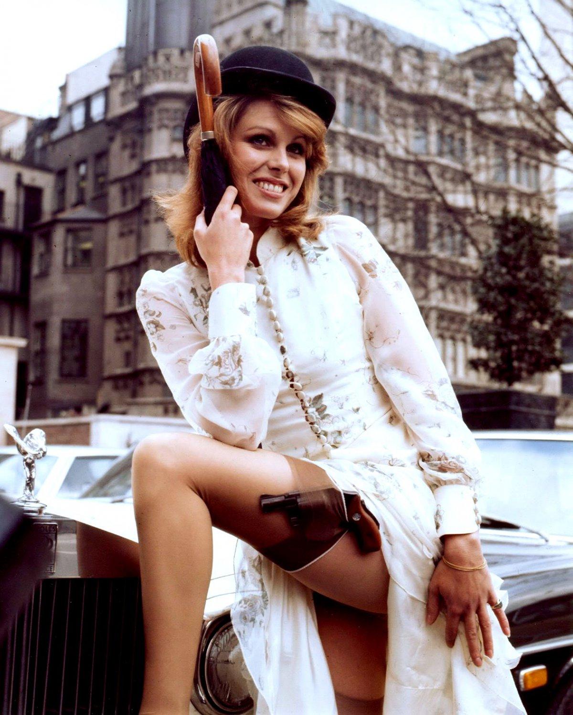 BRITISH ACTRESS JOANNA LUMLEY - 8X10 PUBLICITY PHOTO (DD-159)