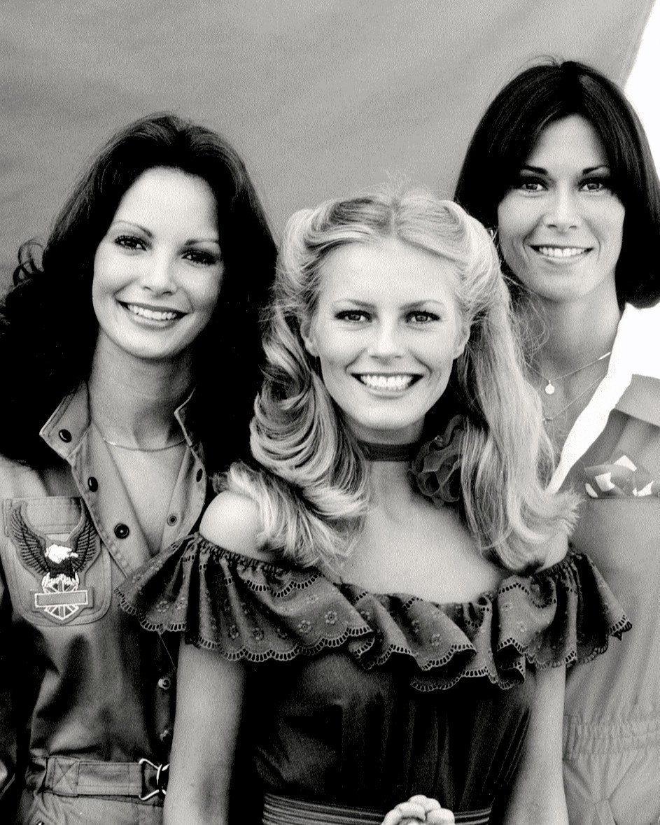 """THE CAST OF THE ABC TV SERIES """"CHARLIE'S ANGELS"""" - 8X10 PUBLICITY PHOTO (DA-548)"""