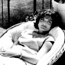 "JACQUELINE ""JACKIE"" KENNEDY RELAXES IN A WICKER CHAIR - 8X10 PHOTO (AA-930)"