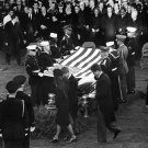 HONOR GUARD PALLBEARERS LIFT CASKET FLAG @ JFK GRAVESIDE SVC 8X10 PHOTO (ZZ-645)