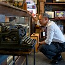 PRES BARACK OBAMA AT 'COOL VINTAGE WATCHES' IN PARKVILLE, MO 8X10 PHOTO (ZZ-592)