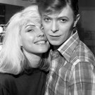 DEBBIE HARRY WITH DAVID BOWIE IN 1977 - 8X10 PUBLICITY PHOTO (ZZ-014)