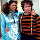 "ROBIN WILLIAMS & RAQUEL WELCH IN ""MORK & MINDY"" - 8X10 PUBLICITY PHOTO (OP-079)"