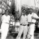 ERNEST HEMINGWAY WITH MARLIN (FISH) IN HAVANA HARBOR IN 1932 8X10 PHOTO (DD-178)