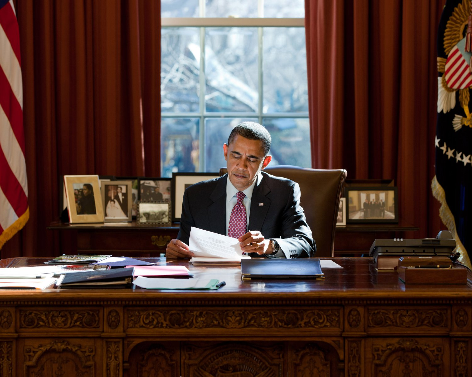 PRESIDENT BARACK OBAMA AT RESOLUTE DESK IN THE OVAL OFFICE 8X10