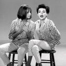"BARBRA STREISAND ON ""THE JUDY GARLAND SHOW"" 1963  8X10 PUBLICITY PHOTO (NN-179)"