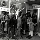 "LONDON ""STAR WARS"" FANS WAIT TO BUY TICKETS FOR OPENING 1977 8X10 PHOTO (AZ121)"