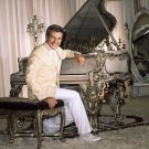LIBERACE LEGENDARY ENTERTAINER - 8X10 PUBLICITY PHOTO (AZ-098)