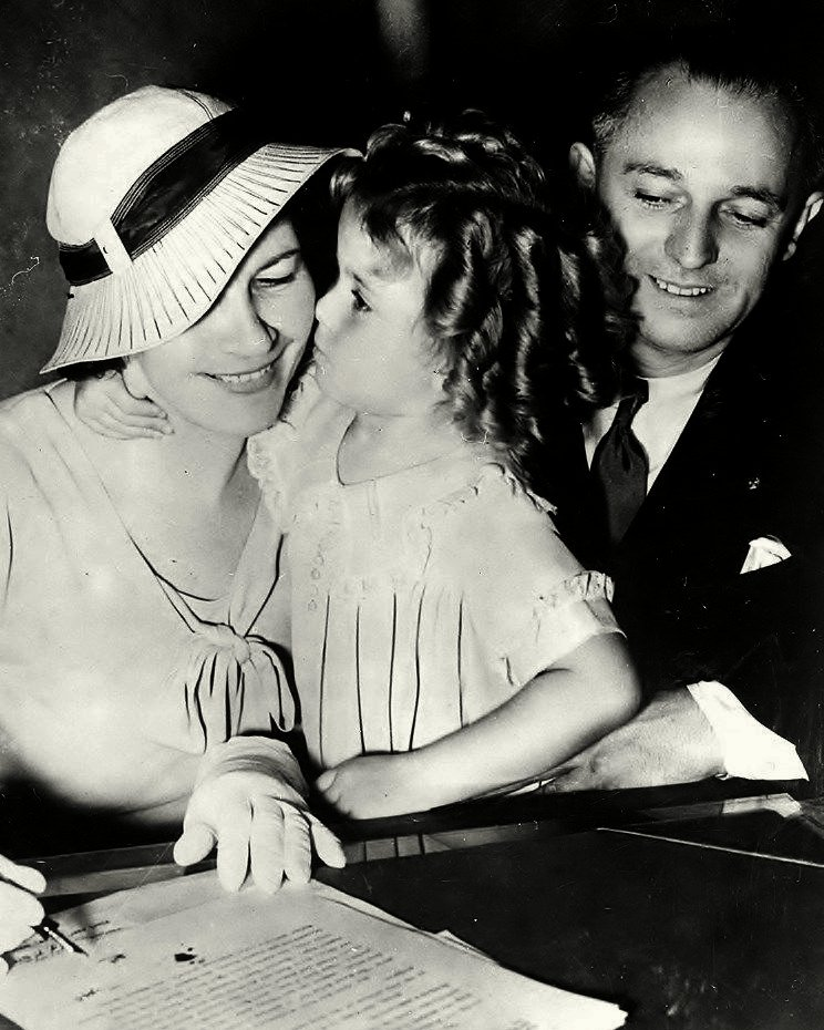 SHIRLEY TEMPLE WITH PARENTS IN 1934 - 8X10 PUBLICITY PHOTO (BB-878)