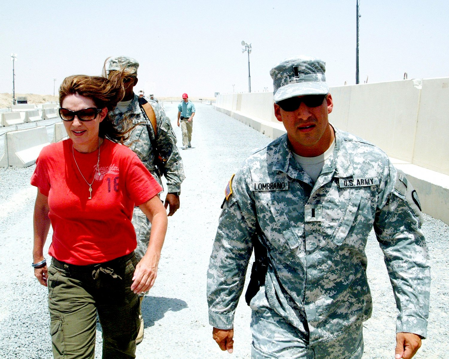GOVERNOR SARAH PALIN WITH U.S. ARMY TROOPS FROM ALASKA - 8X10 PHOTO (ZZ-042)